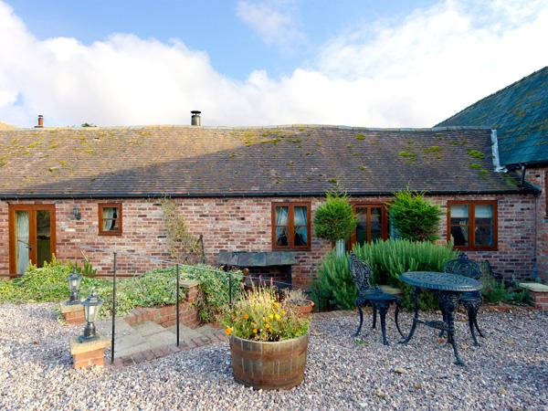 THE OLD DAIRY, pet friendly, character holiday cottage, with open fire, en-suite in Church Stretton, Ref 1034 - Image 1 - Church Stretton - rentals