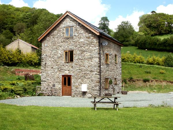 THE OLD MILL, pet friendly, character holiday cottage, with a garden in Llanfyllin, Ref 1799 - Image 1 - Llanfyllin - rentals