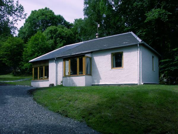 GLENDARROCH COTTAGE, pet friendly, country holiday cottage, with a garden in Kingussie, Ref 1297 - Image 1 - Kingussie - rentals