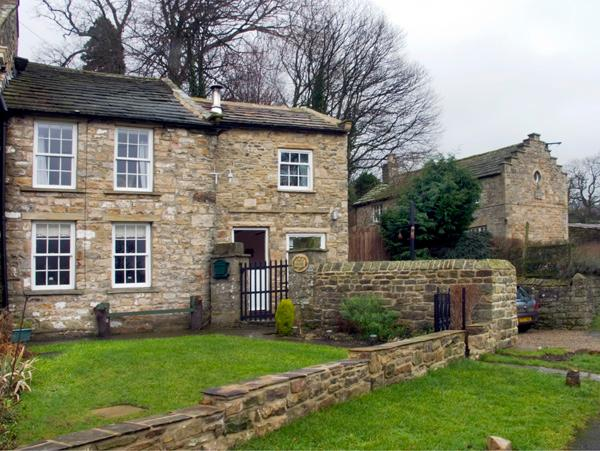 AD COACH HOUSE COTTAGE, pet friendly, character holiday cottage, with a garden in Fremington Near Reeth, Ref 1629 - Image 1 - Fremington - rentals