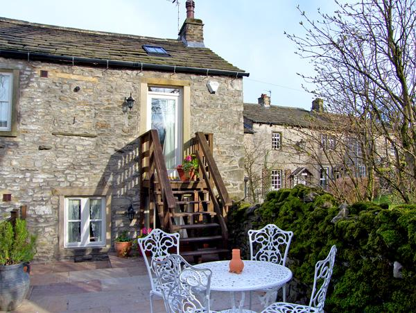 BLACKSMITH COTTAGE, pet friendly, luxury holiday cottage, with a garden in - Image 1 - Grassington - rentals