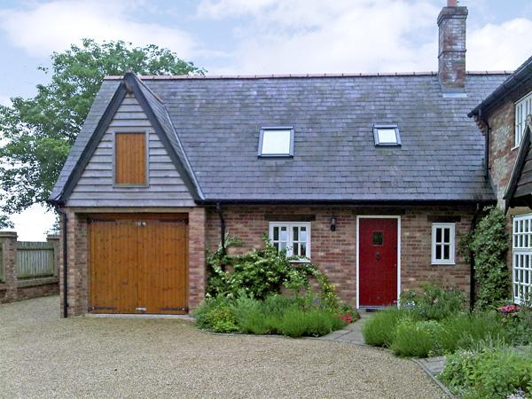 THE HAYLOFT, pet friendly, character holiday cottage, with a garden in Tolpuddle, Ref 1594 - Image 1 - Bere Regis - rentals