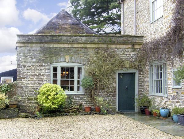 HILL HOUSE COTTAGE, pet friendly, character holiday cottage, with a garden in Templecombe, Ref 2773 - Image 1 - Somerset - rentals