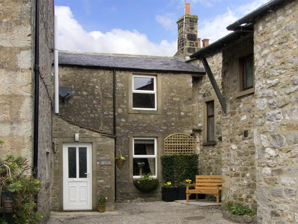 COATES LANE FARM COTTAGE, pet friendly, character holiday cottage, with open fire in Starbotton, Ref 3547 - Image 1 - Starbotton - rentals