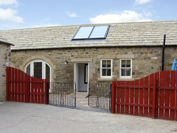 STABLES COTTAGE, family friendly, character holiday cottage, with a garden in Whorlton Near Barnard Castle, Ref 3552 - Image 1 - Darlington - rentals