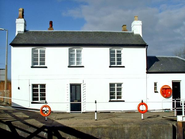 THE LOCK HOUSE, pet friendly, character holiday cottage, with a garden in Gloucester, Ref 2749 - Image 1 - Gloucester - rentals