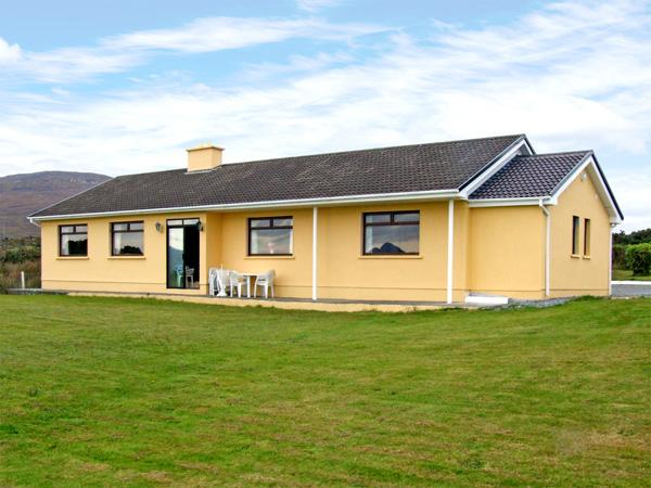 OCEAN HEIGHTS, pet friendly, country holiday cottage,with a garden in Glengarriff, County Cork, Ref 3672 - Image 1 - Glengarriff - rentals