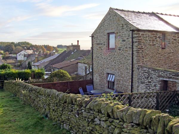 ROSE BARN, pet friendly, character holiday cottage, with a garden in Sparrowpit, Ref 3686 - Image 1 - Derbyshire - rentals