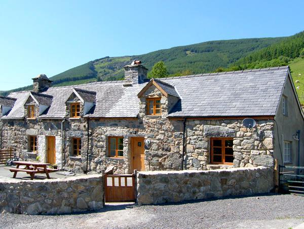 YSGUBOR, pet friendly, luxury holiday cottage, with hot tub in Dinas Mawddwy, Ref 2593 - Image 1 - Dinas Mawddwy - rentals
