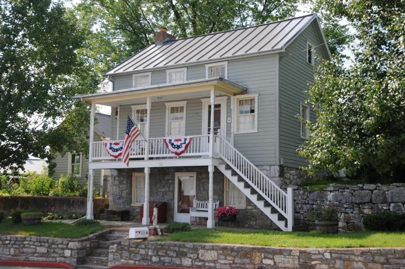 New roof, new paint, July decorations. - Antietam Guest House in Sharpsburg, Maryland - Sharpsburg - rentals