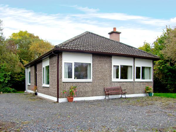 LAKESIDE, pet friendly, country holiday cottage, with a garden in Ballinrobe, County Mayo, Ref 3691 - Image 1 - Ballinrobe - rentals