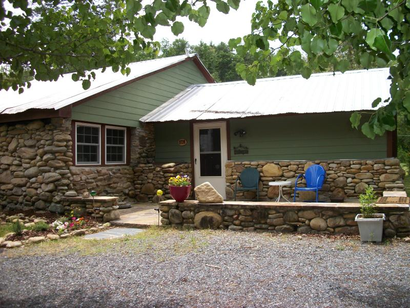 cabin summer time - entrance.JPG - Cozy Stone Cabin at Lake James/Linville Gorge - Nebo - rentals