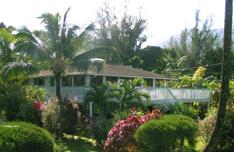 Enjoy comfortable tropical living inside and out with beautiful mountain and ocean views. - Hanalei Home with Great Views, Location & Privacy - Hanalei - rentals
