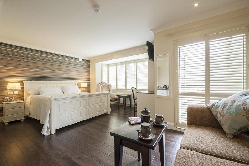 Master suite with bay view and own private balcony. - Sea Breeze Lodge 5 star Galway B&B. - Galway - rentals