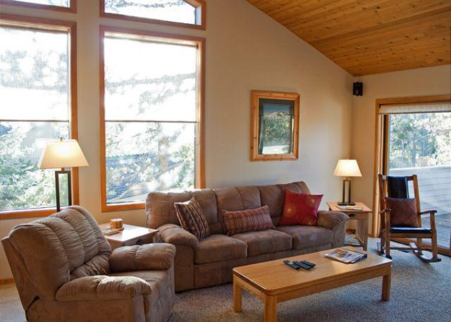 Living Room - Great pet friendly Sunriver home with Hot Tub Near North Store - Sunriver - rentals