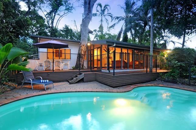 A SPACIOUS HOUSE WITH FENCED SWIMMING POOL - Oak Beach Beach House - Oak Beach - rentals