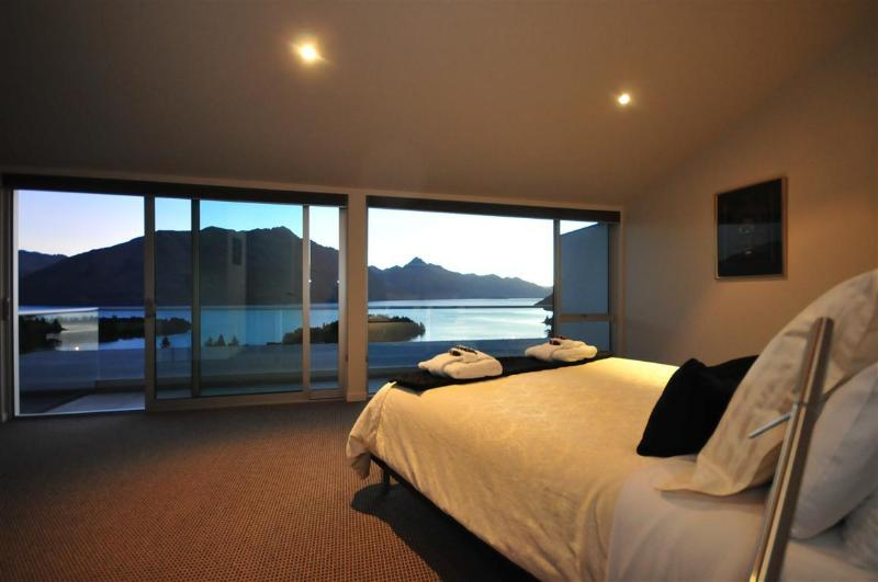 Master bedroom with stunning views and private balcony - Queenscliff luxury villa in Queenstown New Zealand with hot tub - Queenstown - rentals