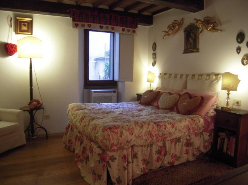 Romantic,quiet,spacious bedroom,charming lamps .Originality of  furnishings. - Charming 1 Bedroom Apartment Rental in Florence - Florence - rentals
