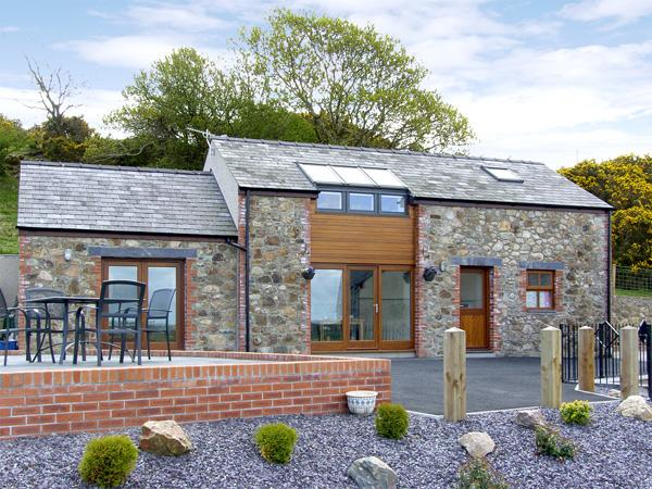 YSGUBOR PENRALLT, romantic, luxury holiday cottage, with a garden in Y Felinheli, Ref 3779 - Image 1 - Y Felinheli - rentals