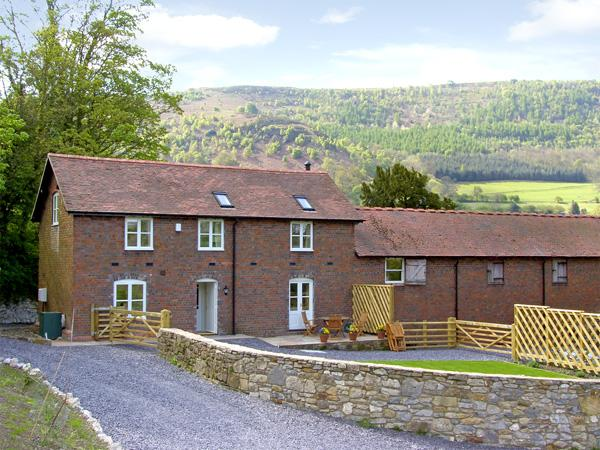 BRYN HOWELL STABLES, pet friendly, luxury holiday cottage, with a garden in - Image 1 - Llangollen - rentals