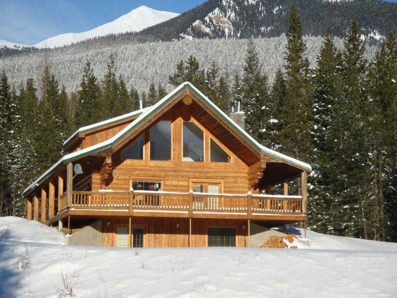 Winter at Packsaddle Creek Lodge - Cozy Log Cabin in the Rockies. Private & Secure - Valemount - rentals