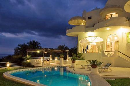 Casa Gran Dia boasts ocean & mountain views, lush tropical gardens, heated pool & ensuite jacuzzi - Image 1 - Mismaloya - rentals