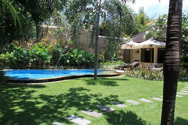view private pool and non onverlooking garden - 2 BEDROOM WITH LARGE GARDEN AT  BEACH SEMINYAK . - Seminyak - rentals