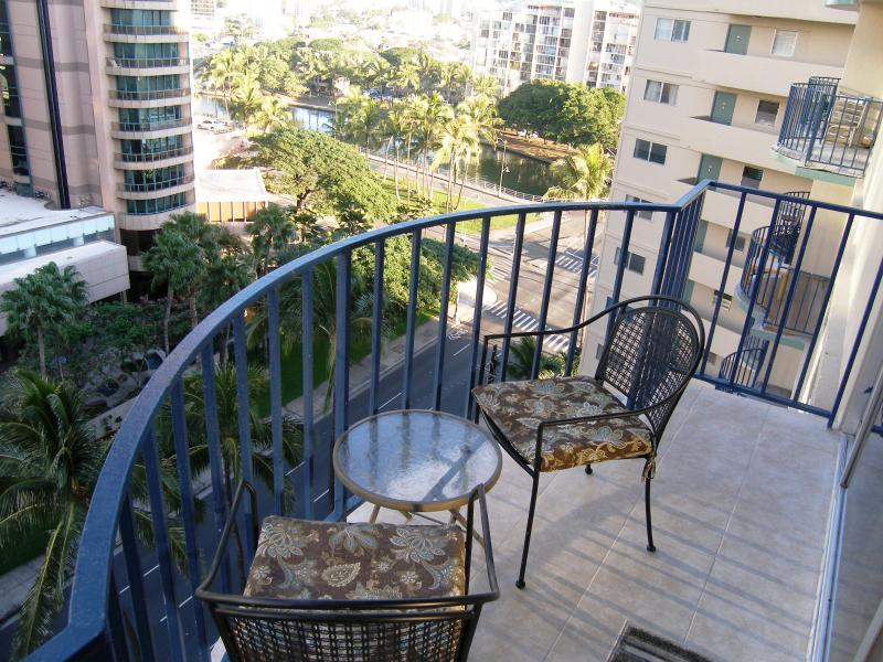 Perfect place for a coffee or evening drink! - Always Good Value!  Sleeps 6, close to the beach ! - Honolulu - rentals