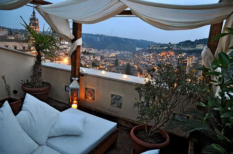 Night view over Modica from the rooftop terrace - Anime a Sud - Casa KIMIYA' | Charming artist's refuge with spectacular view - Modica - rentals