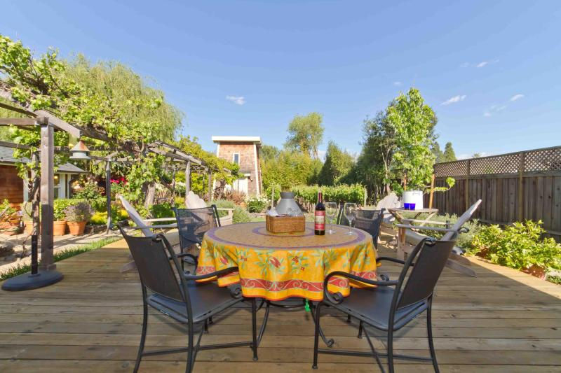 Main House - Deck with table for 6 and view of Vineyard - Sonoma Farmhouse Town - (2 blks from Sonoma Plaza) - Sonoma - rentals