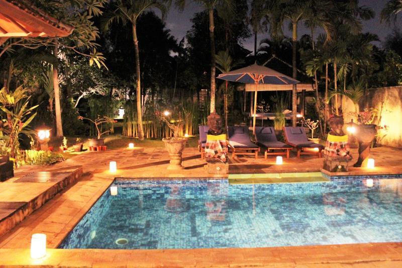 night view pool and garden villa Di Uma I - LARGE 3 BEDROOM VILLA - BATU BELIG / SEMINYAK BALI - Seminyak - rentals