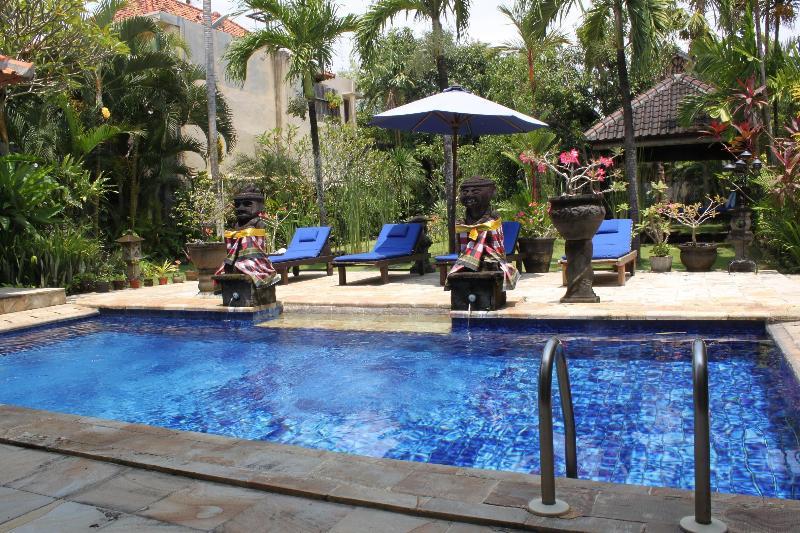 view pool and large garden - LARGE 3 BEDROOM VILLA - BATU BELIG / SEMINYAK BALI - Seminyak - rentals