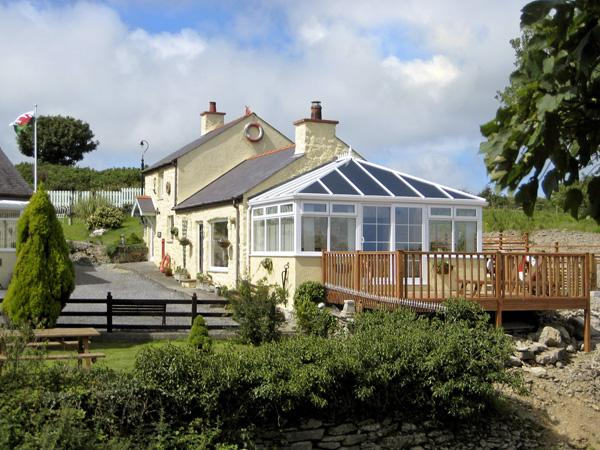 CROW'S NEST COTTAGE, pet friendly, with a garden in Tynygongl, Ref 3829 - Image 1 - Benllech - rentals