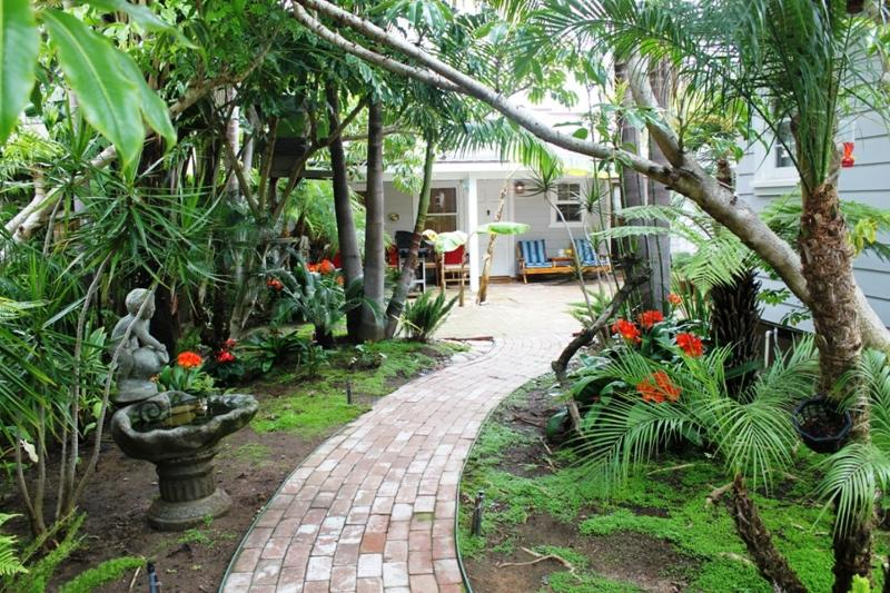 Surrounded by tropical plants the OB Bungalow. - OB, Dog Friendly, Spa,WiFi, Cable, Tropical Garden - Pacific Beach - rentals