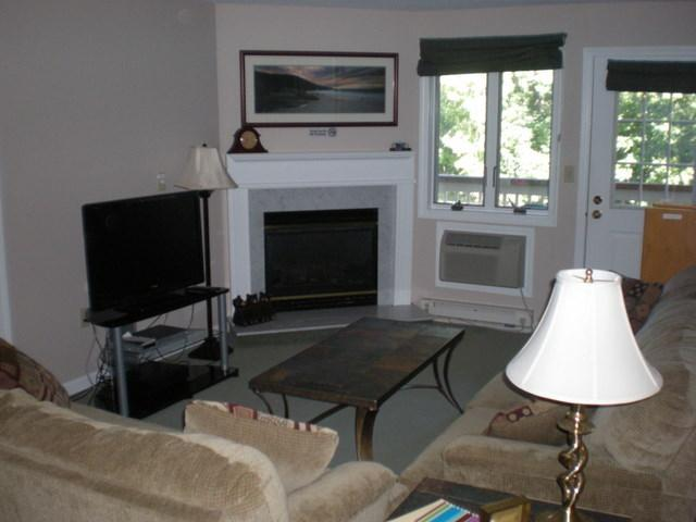 Living Room with Fireplace and Flat Panel LCD TV - Loon Inn 1-wifi,fp, Pools,Health Club-Specials-SKI - Lincoln - rentals