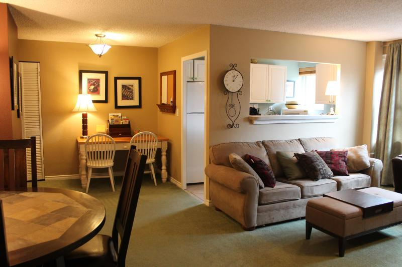 410 Living Room - Convention Center and Pikes Place Market - Welcome Home to Downtown Seattle! - Seattle - rentals