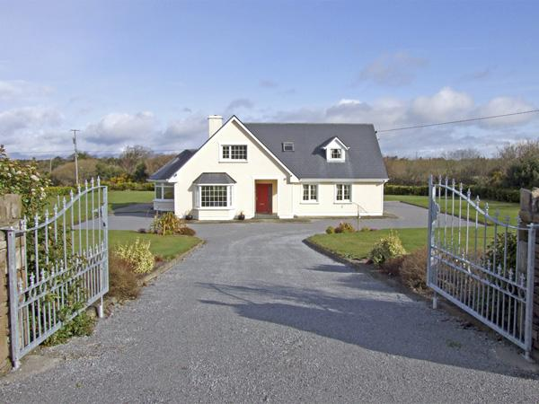 FERN VIEW HOUSE, family friendly, country holiday cottage, with a garden in Beaufort, County Kerry, Ref 3922 - Image 1 - Beaufort, County Kerry - rentals