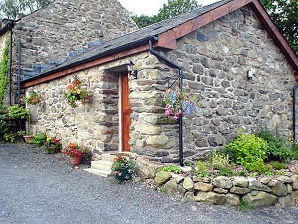 MAES COCH COTTAGE, romantic, country holiday cottage, with a garden in Dolgellau, Ref 3927 - Image 1 - Dolgellau - rentals