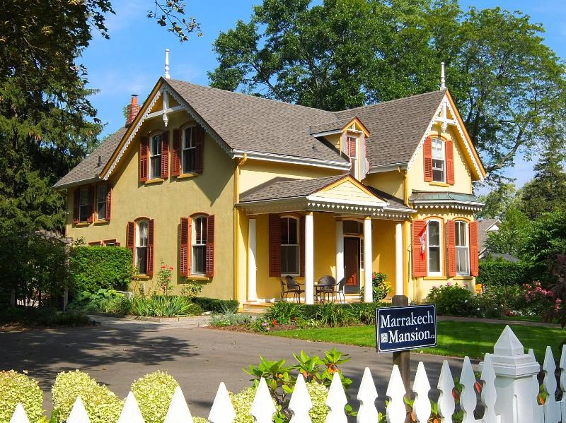 Our mansion which sleeps 10 & sits on one of the largest properties in the old town. - Marrakech Mansion 1 block to Queen St. 1/2 to Lake - Niagara-on-the-Lake - rentals