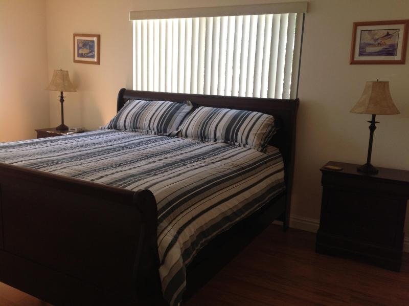 Kings sixe bed - COTE APARTMENTS. AND(novacanseafishingcharters) - Hollywood - rentals
