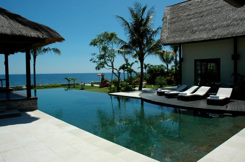 View over Villa Bossi's private, large infinity pool, terrace and sun deck - Villa Bossi Tanguwesia - Luxury villa on the beach - Lovina - rentals