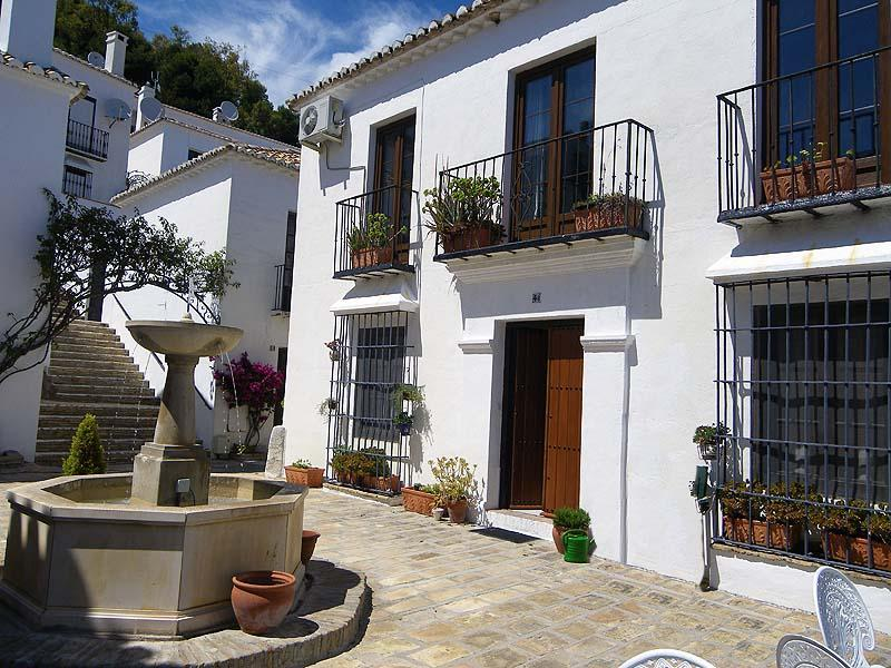 Outside Los Molinos - Sunny terrace, lovely place to relax down in the plaza - Mijas Pueblo comfortable well equipped apt for 2 - Mijas Pueblo - rentals