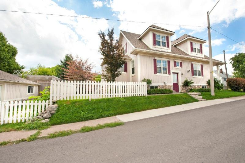 Side Entrance to Home - Contemporary Home - Niagara Falls - rentals