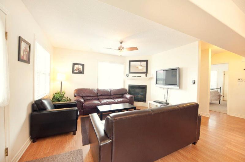 Living Area - Contemporary Home - Niagara Falls - rentals