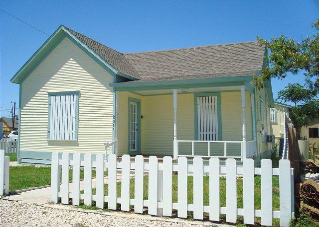 Quaint 1 bedroom cottage in the heart of Port Aransas! - Image 1 - Port Aransas - rentals