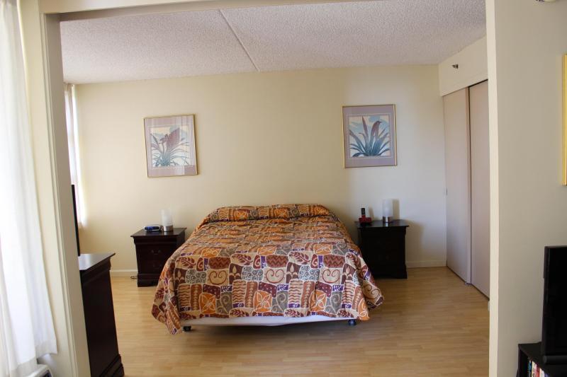 queen bed 12th floor condo - Waikiki Banyan One Bedroom Condo's/Free Parking - Honolulu - rentals