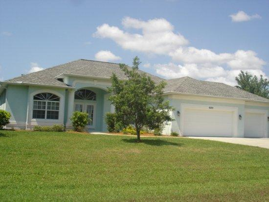 Kingfishers - lake home with pool and spa - Image 1 - Port Charlotte - rentals
