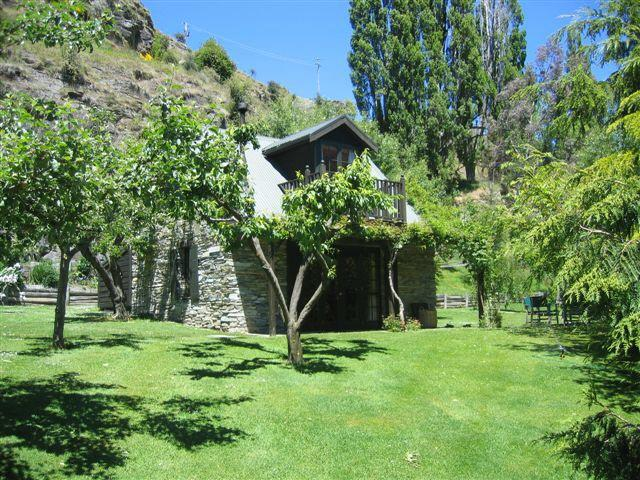 Self contained cottage separated from house by fruit trees. Private and sheltered. - Trelawn Riverside Cottages - Queenstown - rentals