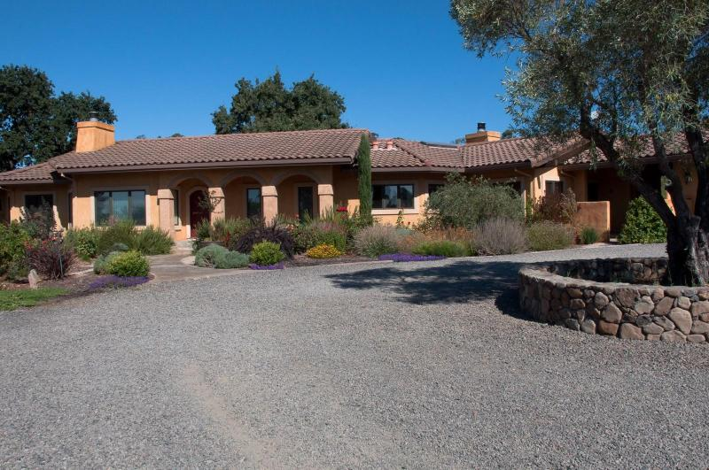 The Sonoma Hideaway sits on 2 acres with a gravel roundabout and 100 year old olive tree - Sonoma Hideaway - Sonoma - rentals