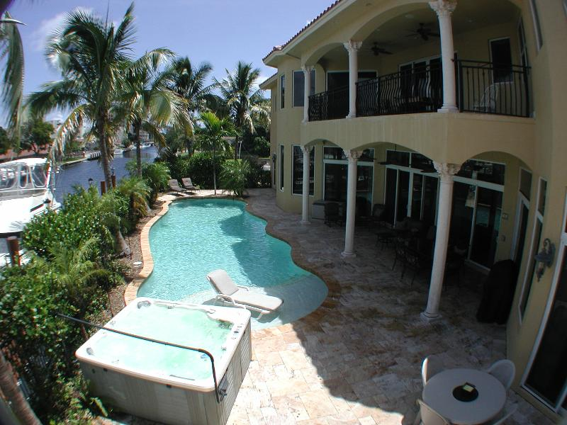 Beautiful south Florida estate with huge pool, hot tub, water views, yacht available! - Tropical House Near Beach with Yacht Cruise Avail - Pompano Beach - rentals